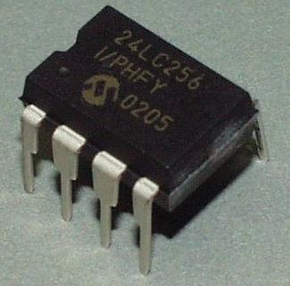 典型I2C介面的EEPROM,編號24LC256,內有256kbits的儲存容量,換算成Byte則為32KB。