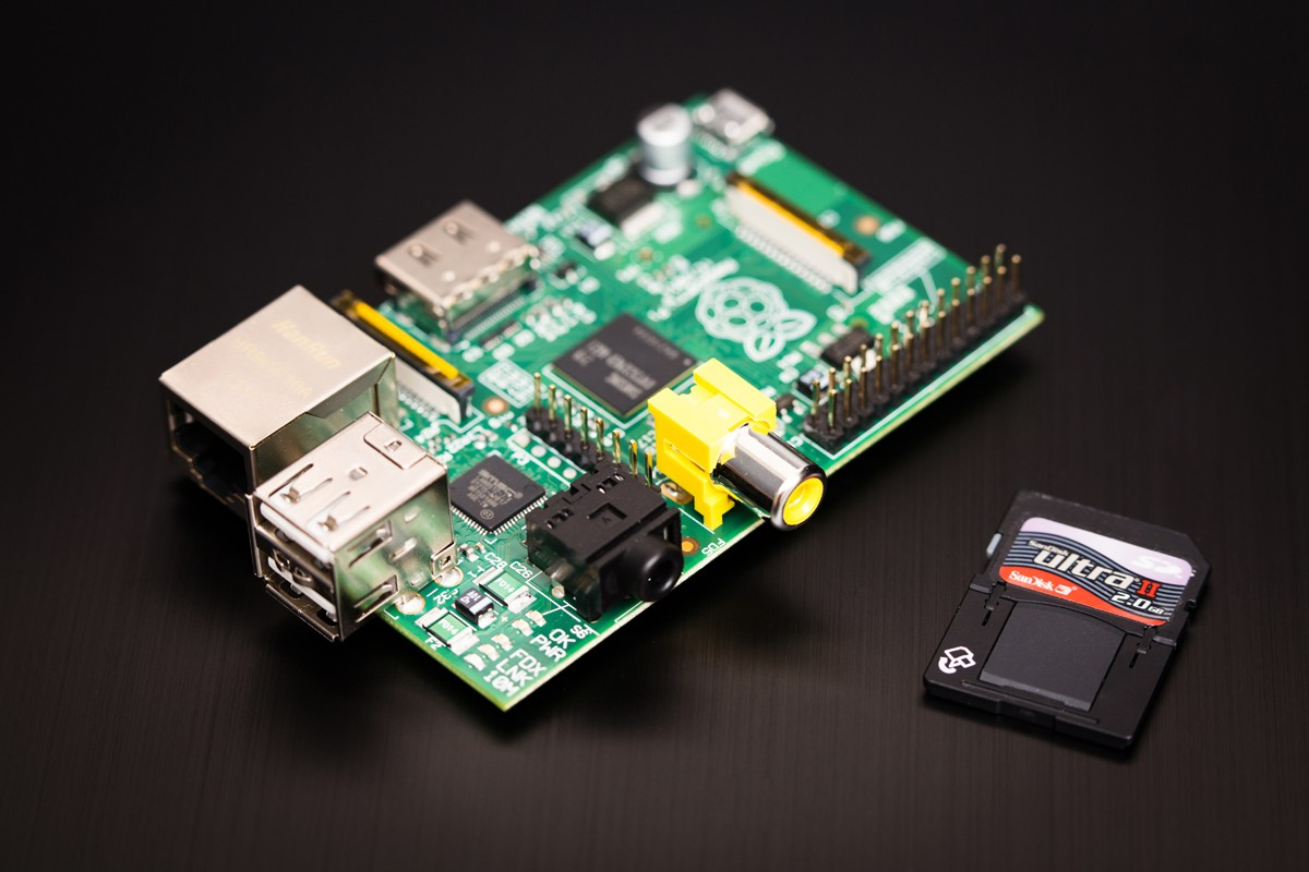 RPi A+、B+型,因為設計的改變,只能使用microSD卡,標準SD卡不能使用,這必須注意。