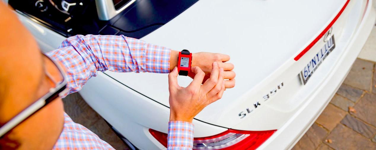 Pebble智慧錶與賓士(Benz)合作開發車載應用介面
