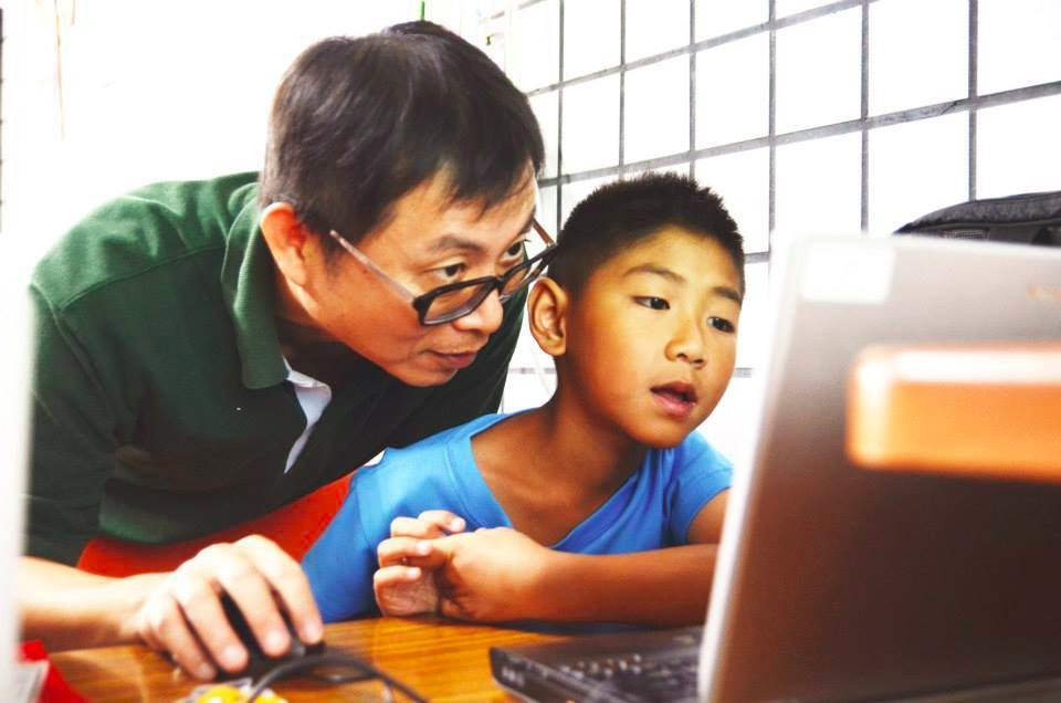 蘇文鈺老師投入Program the World偏鄉孩童程式教育工作,試圖讓孩子們擁有改變自己與世界命運的能力。