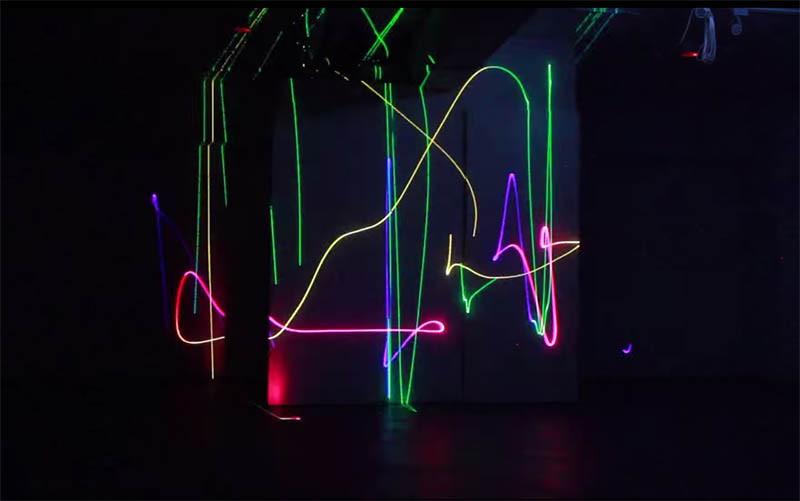 我在這裡畫一條線透過光線與聲波的相互搭配,形成了一場獨特的燈光秀。