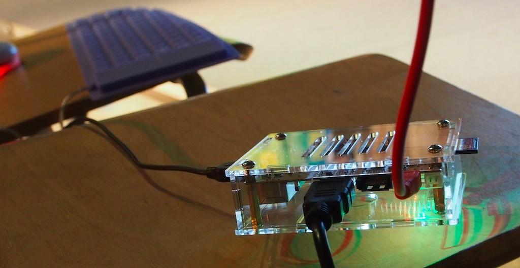 洪博士用一個小Box、連上鍵盤、接上投影機,就能當電腦來使用了。