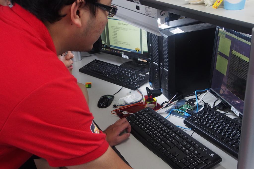 徐豐智老師協助學員解決卡關問題。