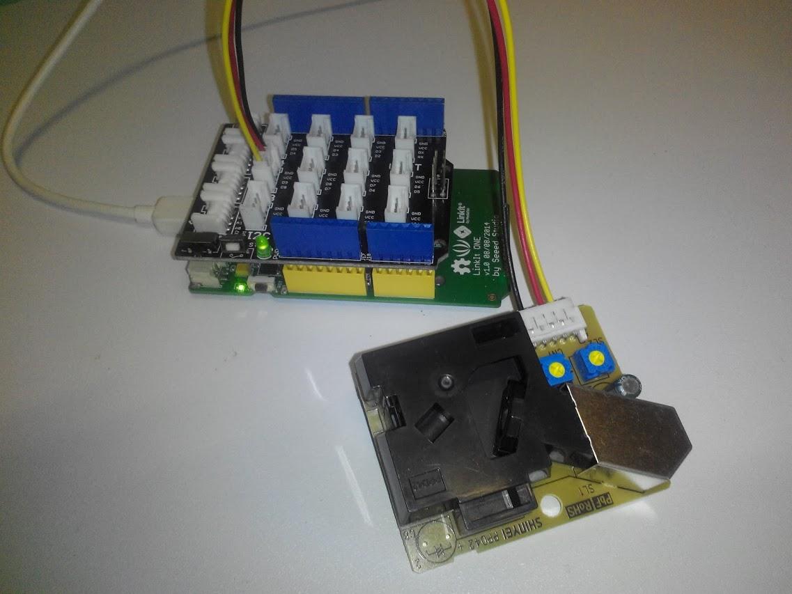 LinkIt ONE(底下綠色電路板)連接Grove Base Shield(上層深色電路板),而後用D8連接器連接塵埃感測器(照片前方黃色電路板)