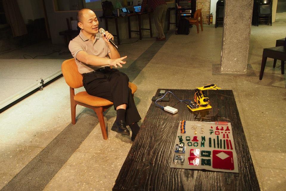 為了推廣meArm.Joystick,連宏城開始了全省走透透的工作坊教學計畫。