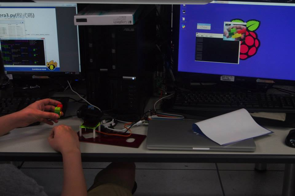 學員一一完成用RPi操控攝影機的動作。