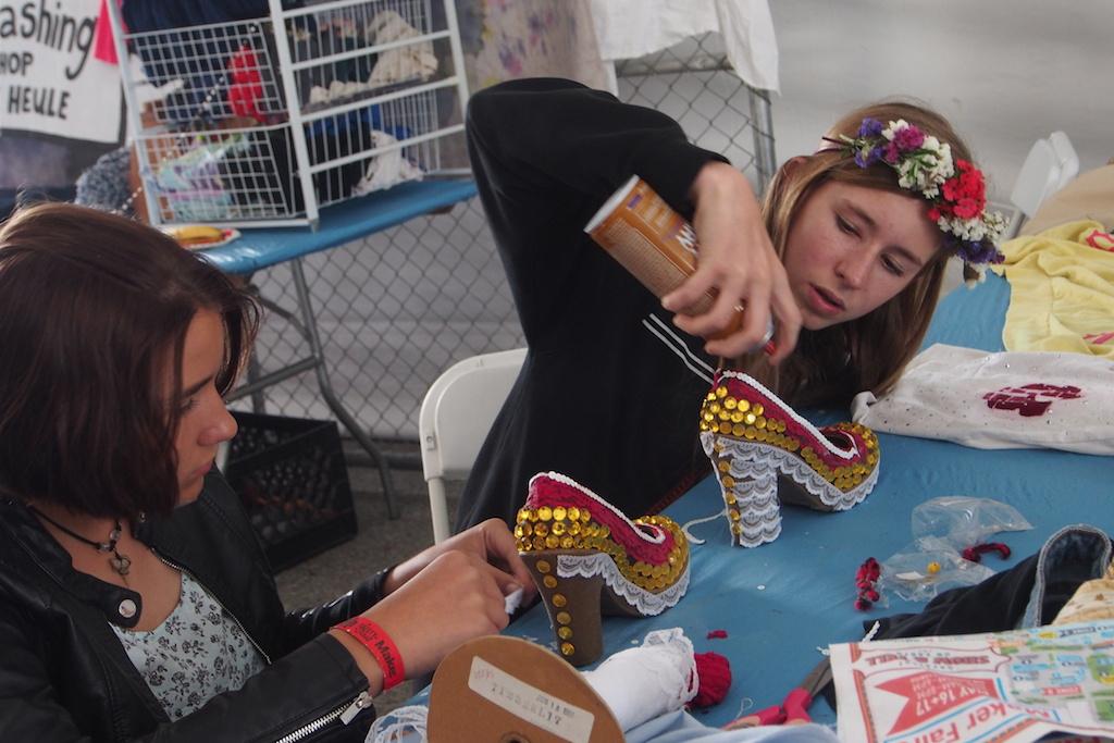 小姑娘為自己的高跟鞋加上亮片。