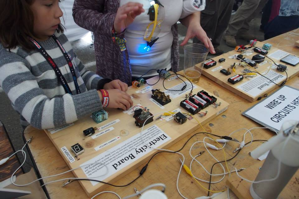 讓孩子了解電路板組成概念。