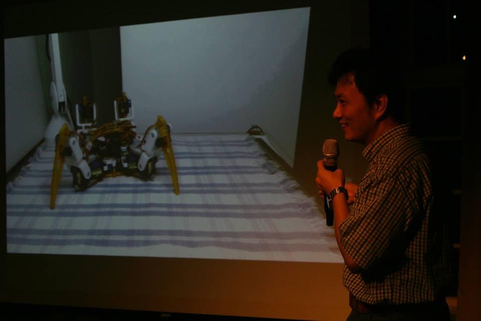 Regis Hsu兩年多來已經嘗試過數次,終於做出可以穩定走路、轉彎的蜘蛛機器人。