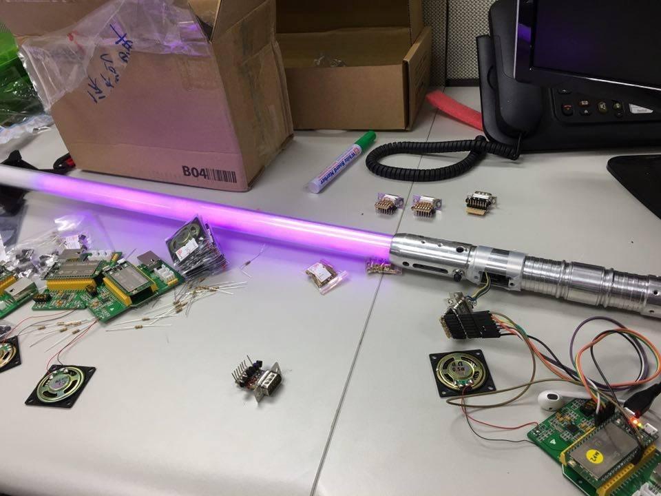 將D-Sub 連接器組裝進劍柄