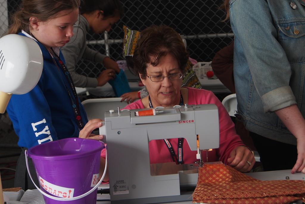在2015 Maker Faire Bay Area的裁縫館,女孩正專心傳承阿嬤的裁縫技藝。