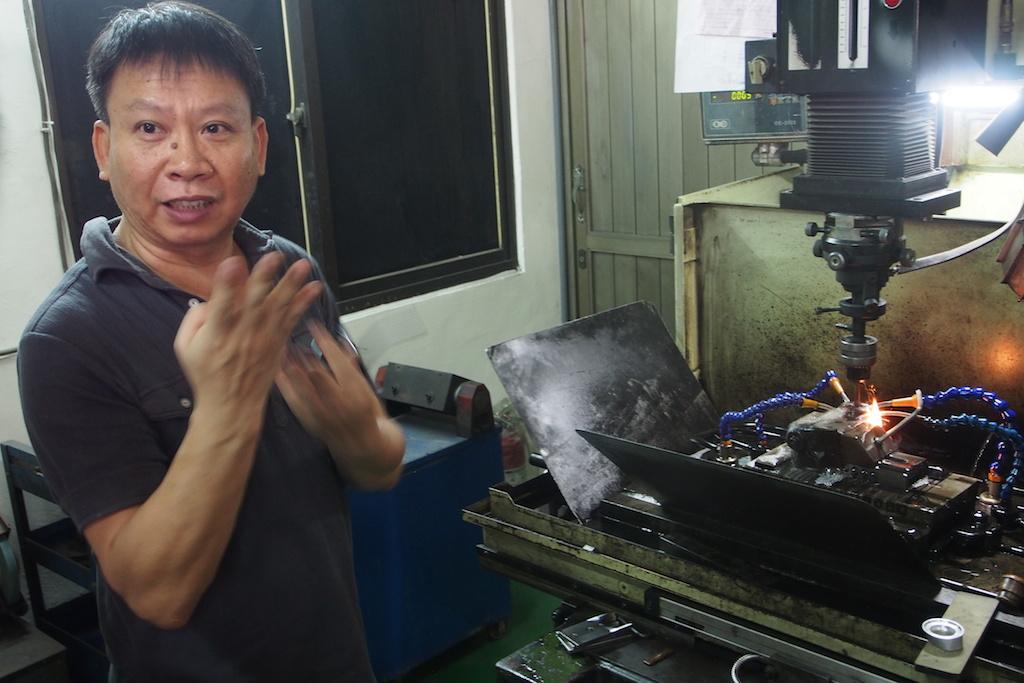 台中東門社區的放電加工師傅