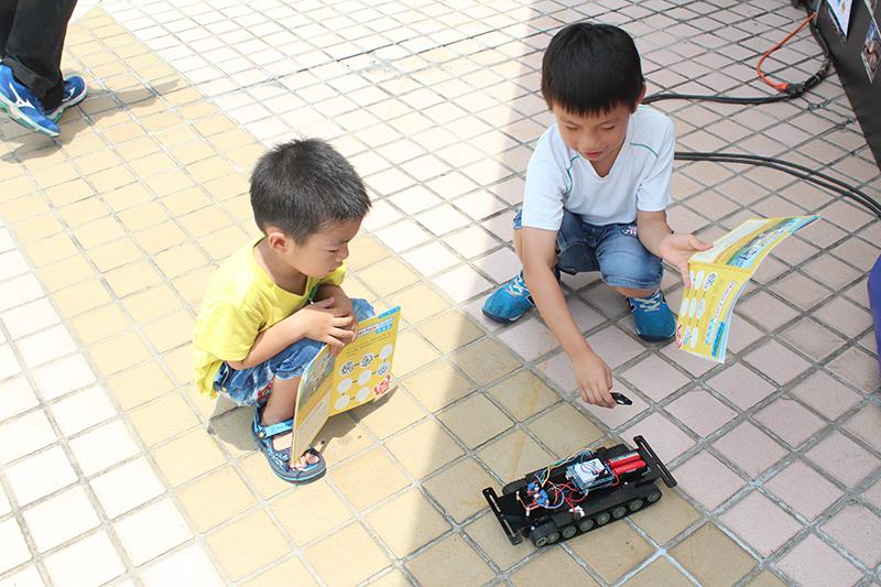 小朋友嘗試操控柯大製作的Arduino IR坦克車