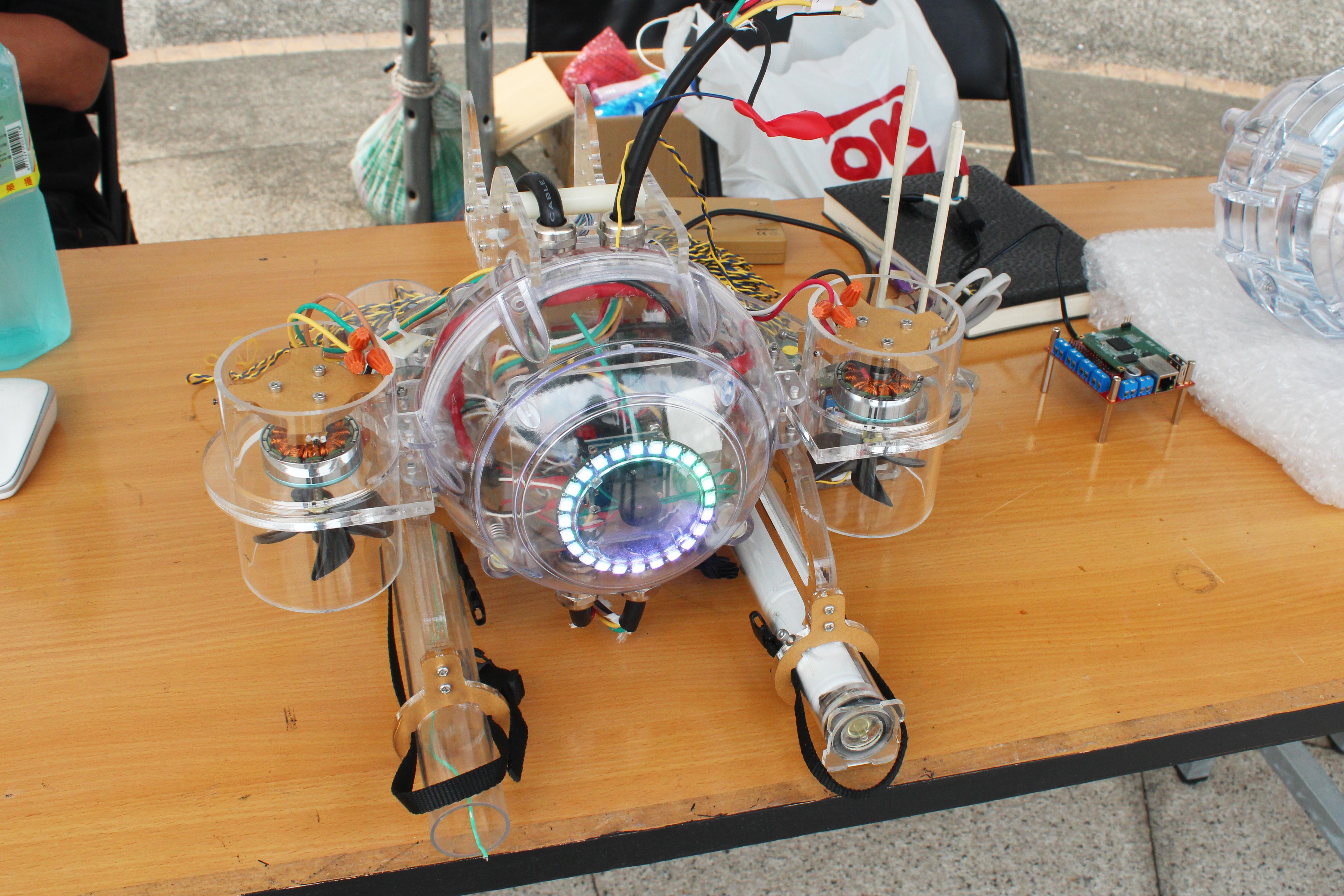 今年ROV Maker推出了第一個自開發圓球外殼設計組裝的ROV原型