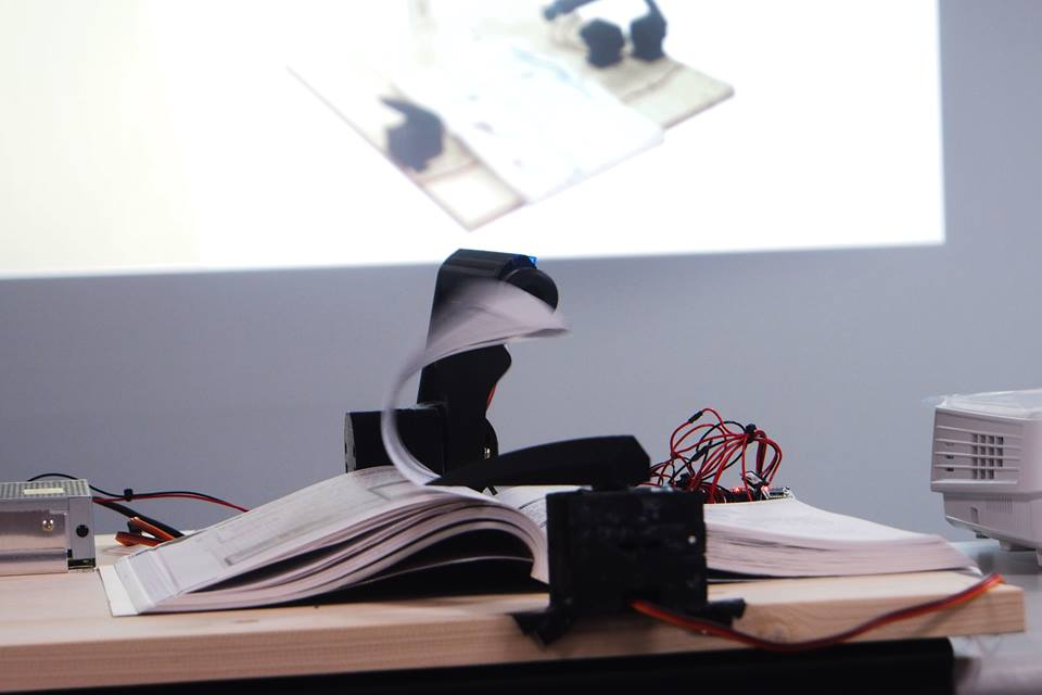 可配合手機拍照的自動翻書機