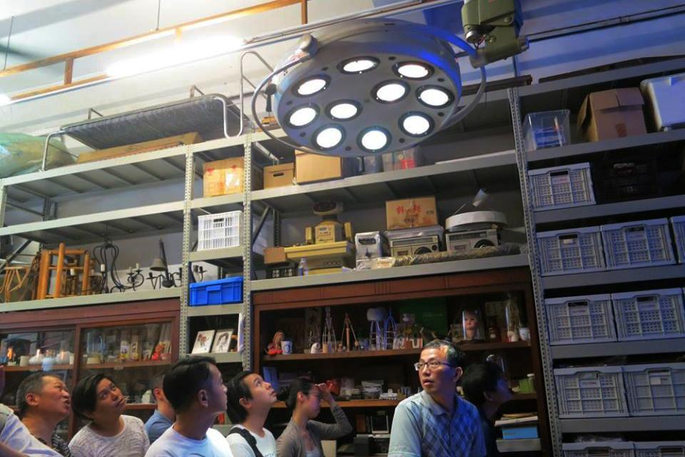 挑高的工作室是由公公的工廠接手改裝,裏頭擺滿設計師的作品與收藏。(攝影:林彥維)