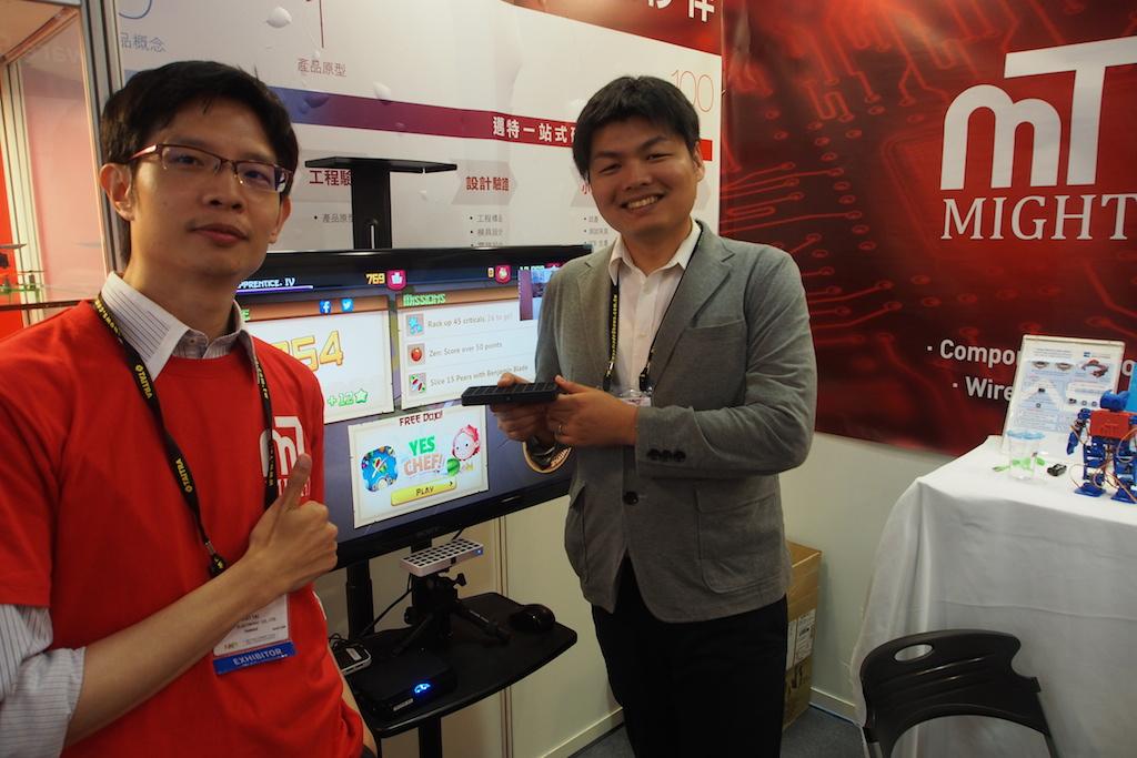 邁特電子在今年Computex邀請ZKOO在其攤位展示產品(左為邁特電子Ray Tai,右為ZKOO研發工程師)