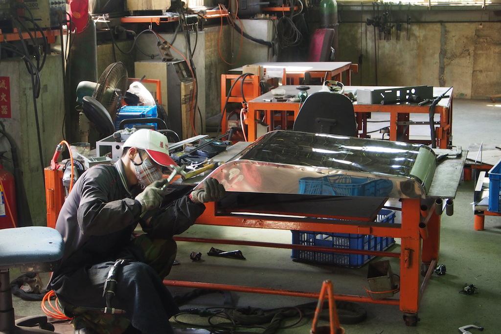 師傅以手工燒焊組裝產品