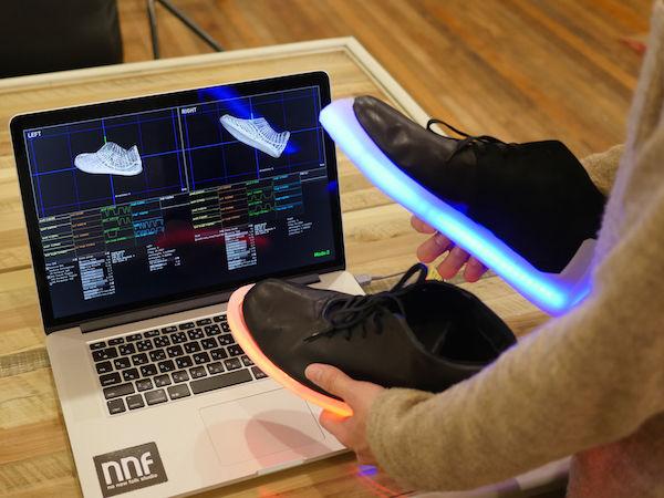 升級版的LED球鞋可以利用App控制,隨動作不同變換LED燈的顏色
