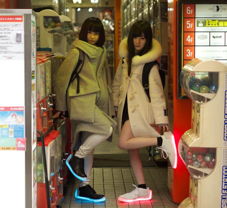 多種色彩的LED球鞋,成為年輕人流行新話題