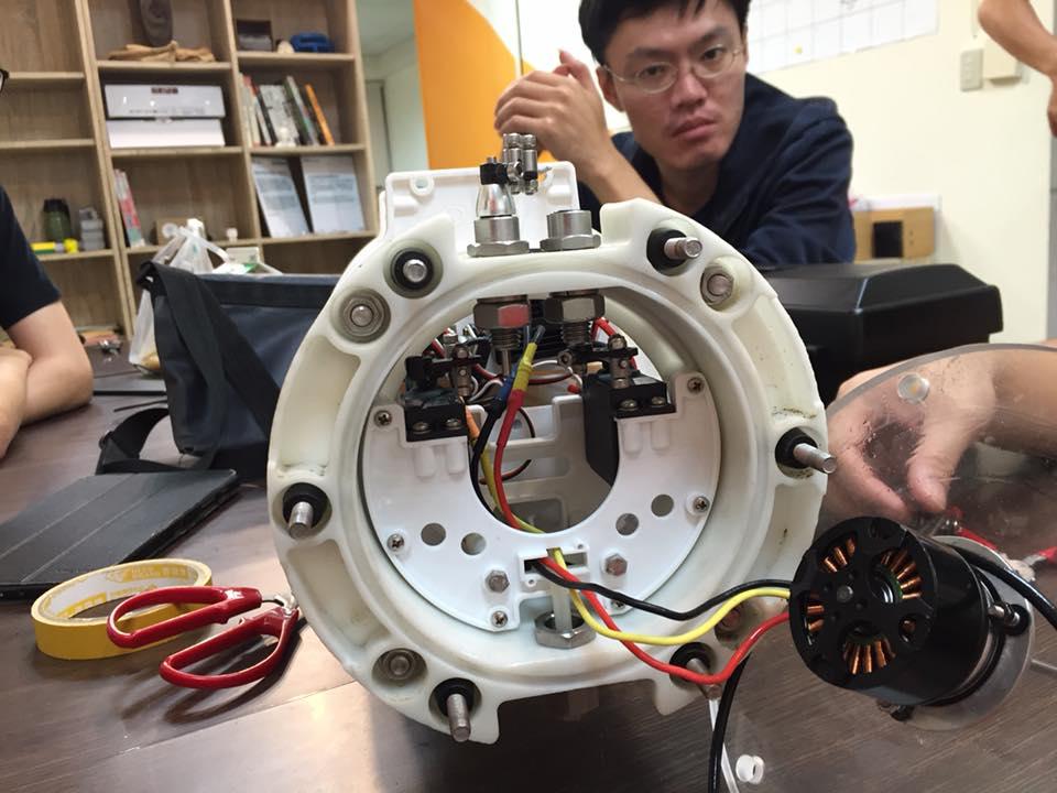 Top down下來想結合Maker能力的需求會愈來愈大(圖為MakerPRO社群拆解ROV做研究)