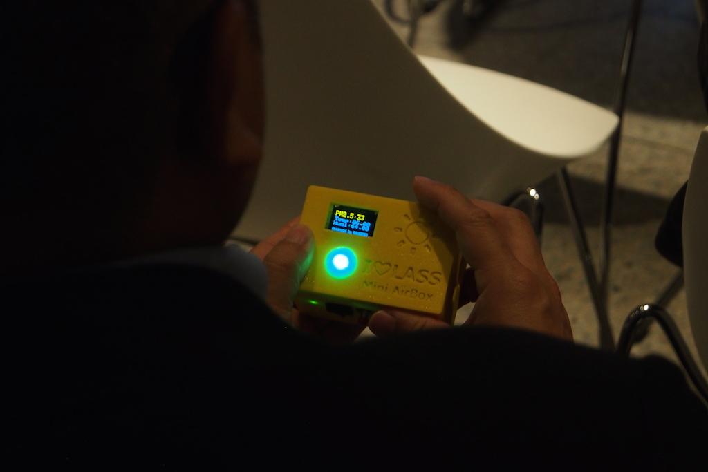 大家對Mini-AirBox都很有興趣的傳遞觀看。